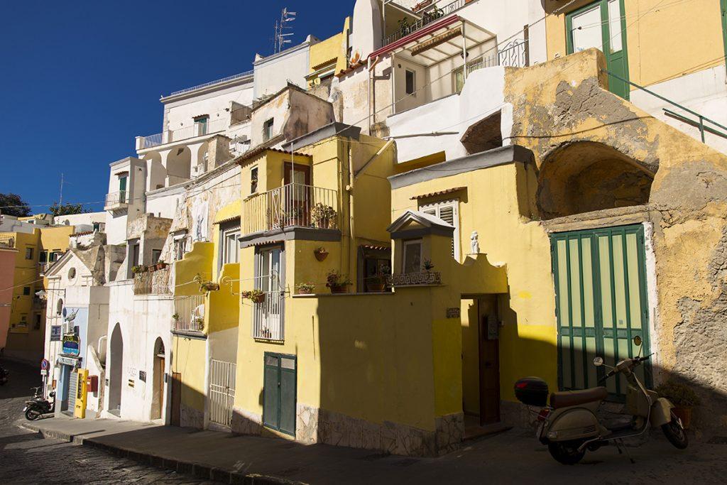le tipiche case del centro storico di Procida